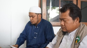 087734200_1500078193-Putra_baasyir_pakai_baju_biri_bacakan_pernyataan